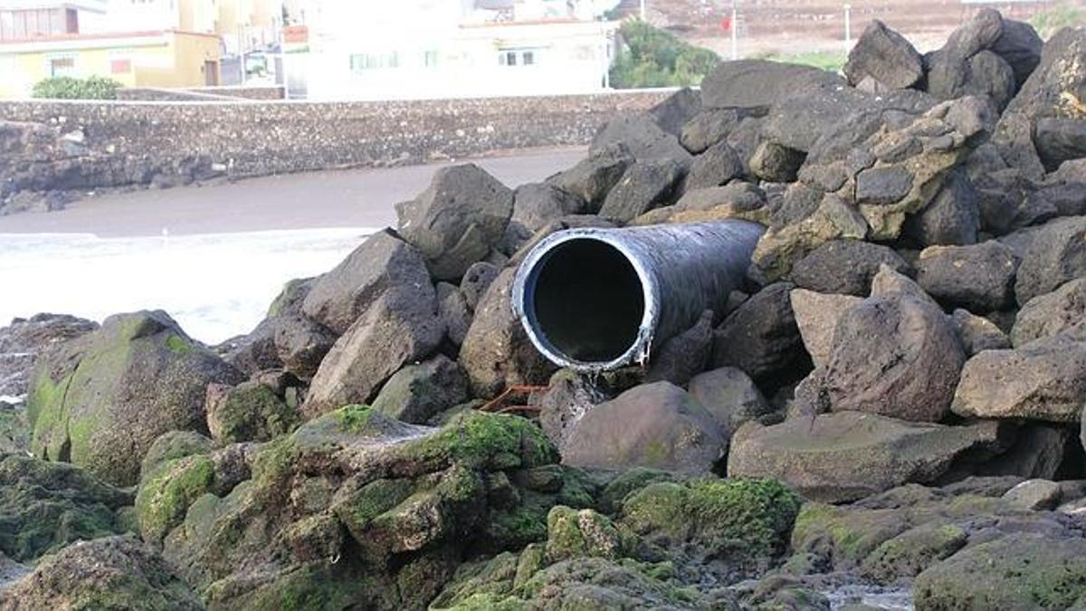 Imagen de archivo de un tubo para el vertido sin control al mar, en Canarias