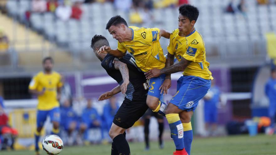 Roque y Araujo disputan un balón con un jugador del Sabadell. (UDLASPALMAS.ES)