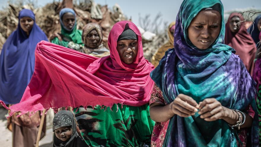 Zahara Chaama perdió sus 45 cabras, lo único que tenia para alimentar a su familia, cuando las lluvias desaparecieron, los pastos no crecieron y las fuentes de agua se secaron. Junto a su familia y comunidad, durante meses atravesó el desierto buscando un lugar con agua para refugiarse. Foto: Pablo Tosco / Oxfam Intermón