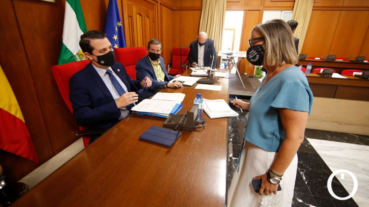 Isabel Albás (dcha= ha comparecido para trata la situación de los centros cívicos en el Pleno.