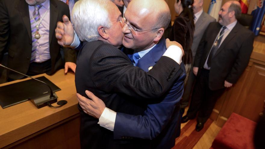 Baltar Blanco (con gafas) es abrazado por su padre tras acceder a la presidencia de la Diputación en 2012