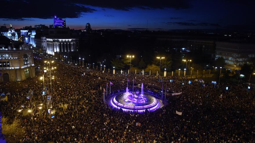 La cabecera de la marcha feminista de Madrid, a su paso por la plaza de Cibeles