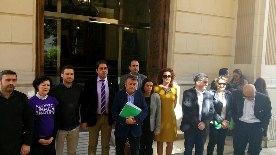 La oposición en la Diputación se ha concentrado en contra de la decisión del presidente de rechazar debatir las asignaciones a los partidos