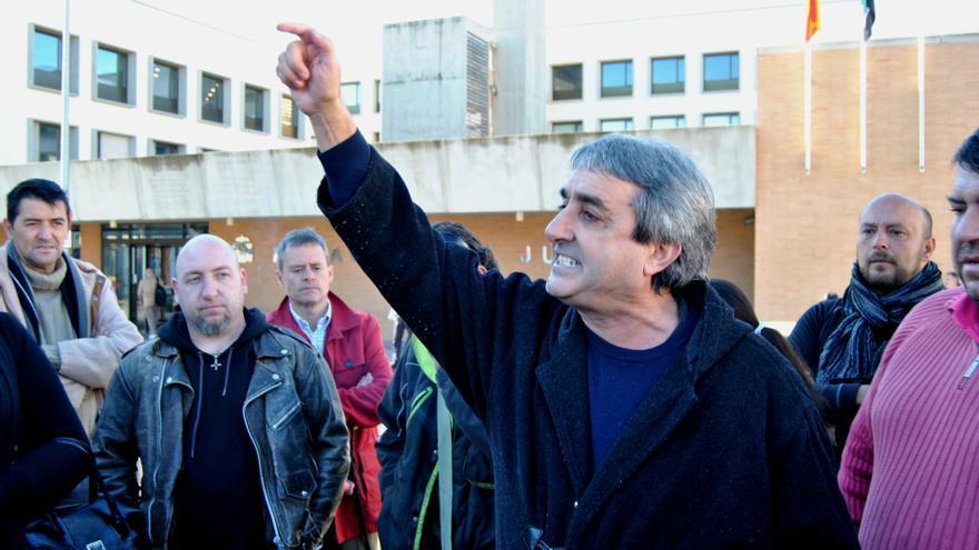 Manuel Cañada explica a los miembros del Campamento Dignidad la situación legal de los imputados