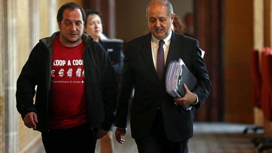 Felip Puig, a su llegada a la comisión parlamentaria junto con el presidente, David Fernández