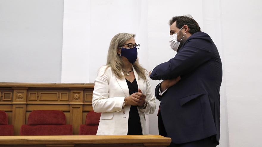 El presidente del PP de Castilla-La Mancha junto a la diputada regional, Lola Merino