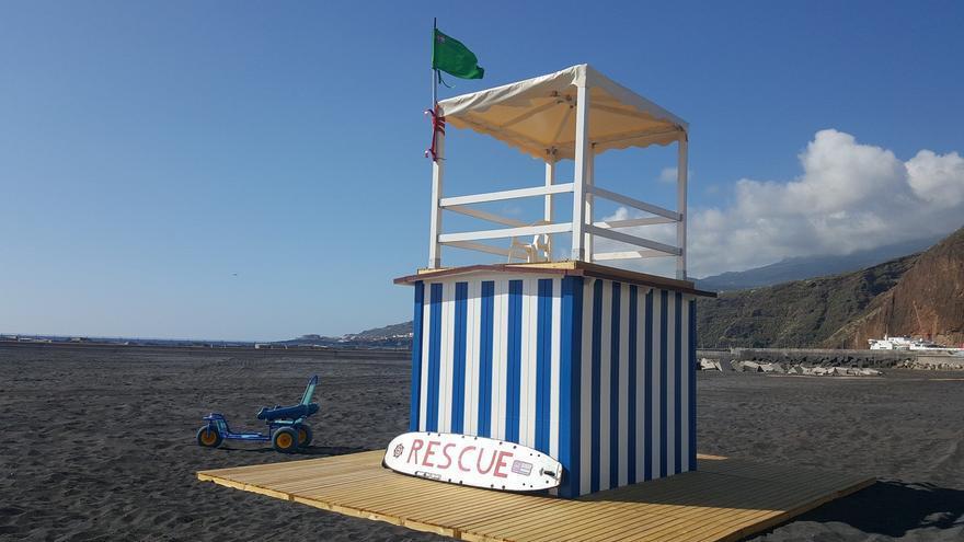La bandera verde ondea en la torres de vigilancia de la playa de la capital. Foto: SISEF Canarias.