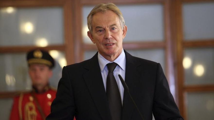 """Un británico """"detiene"""" a Tony Blair en un restaurante por crímenes de guerra"""