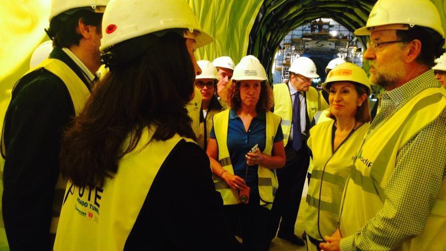 Rajoy y Ana Pastor, visitando el pasado agosto los túneles en los que los operarios han trabajado irregularmente