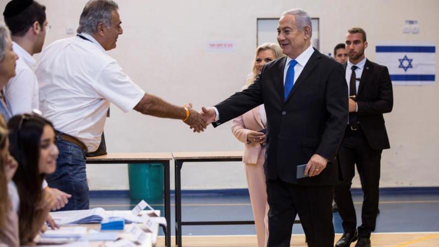 Benjamin Netanyahu vota en los comicios de este martes.