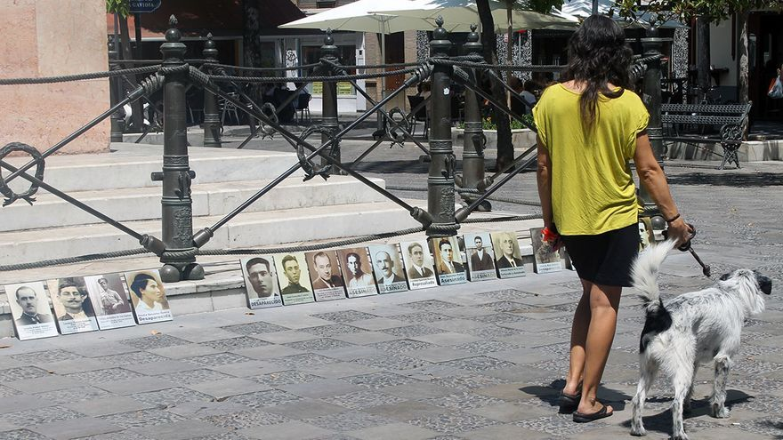 Víctimas del franquismo en la Plaza de la Gavidia (Sevilla).   JUAN MIGUEL BAQUERO
