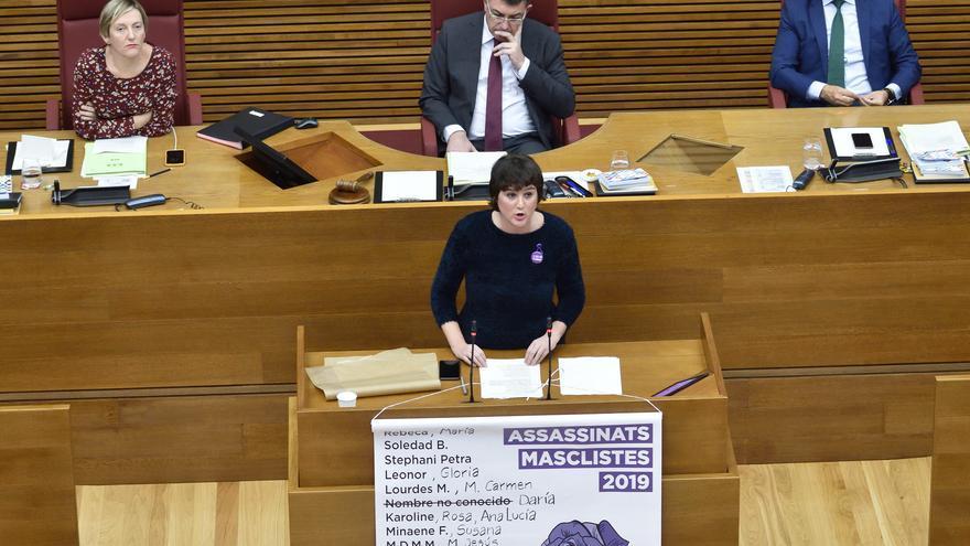 La diputada de Unides Podem Cristina Cabedo lee el nombre de las víctimas mortales de violencia machista en 2019.