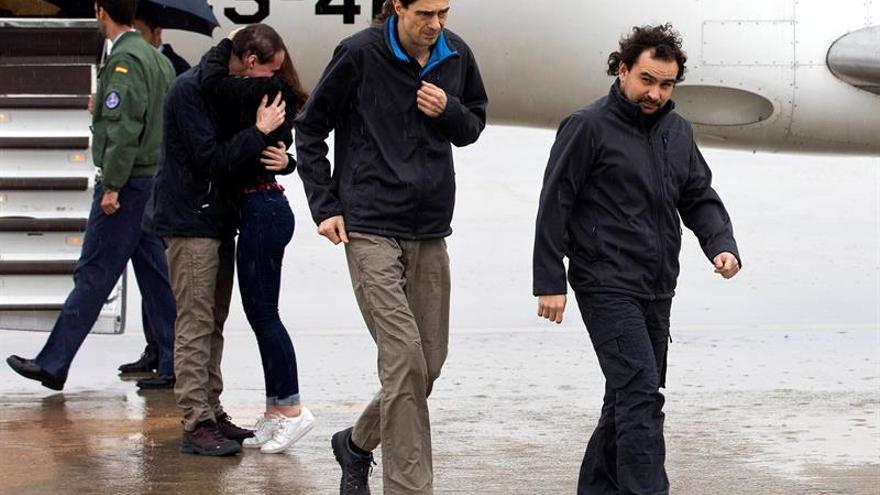 Fotografía facilitada por la Presidencia del Gobierno de los periodistas españoles Ángel Sastre (d), José Manuel López (c) y Antonio Pampliega (i, abrazando a un familiar), a su llegada esta mañana a la Base aérea de Torrejón de Ardoz, en Madrid, tras ser liberados ayer en Siria, donde permanecían secuestrados en Alepo desde julio del año pasado.