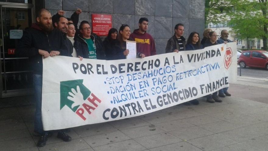 Concentración a las puertas de los juzgados de Cáceres / Twitter @PAHCaceres