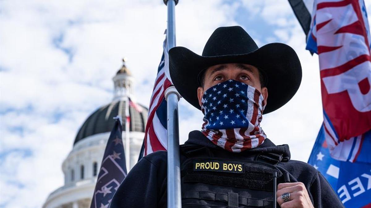 Un miembro de 'Proud Boys' participa en una protesta frente al Parlamento de California.