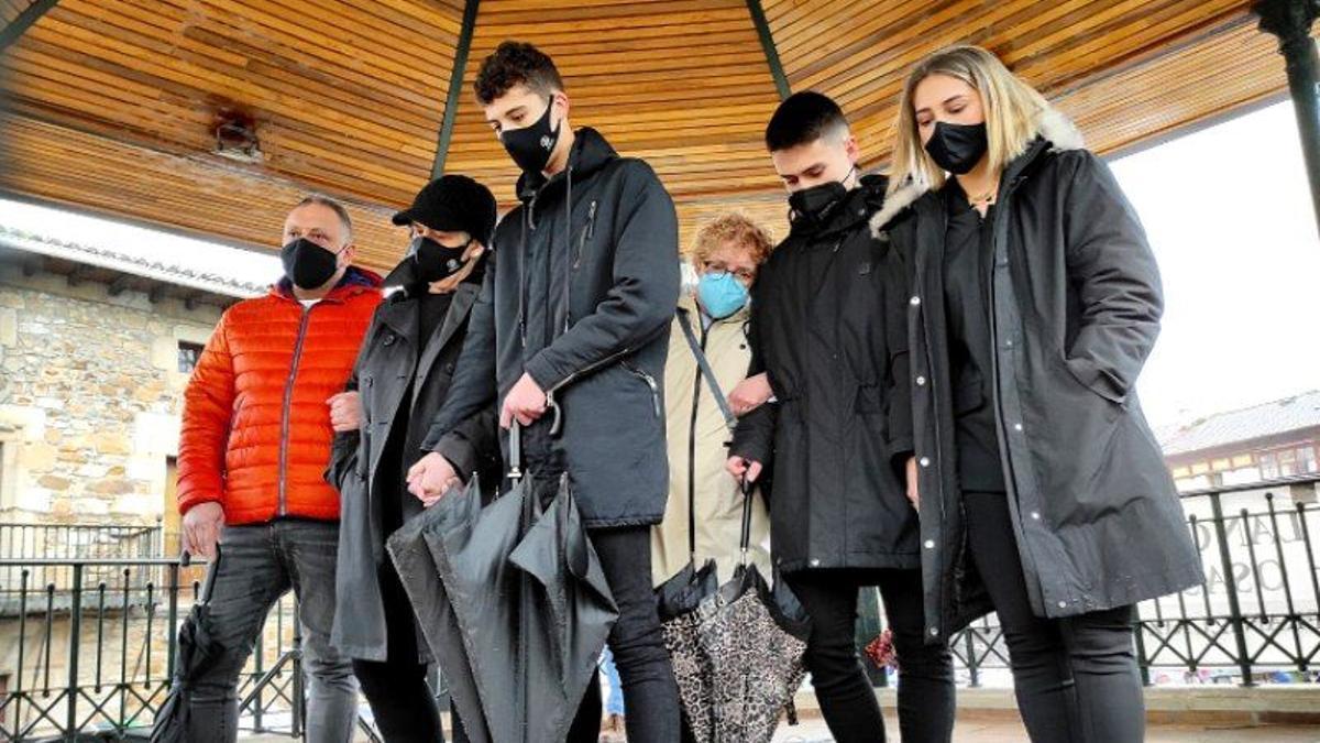Familiares de Joaquín Beltrán en la Plaza Euskadi en el aniversario del derrumbamiento de Zaldibar