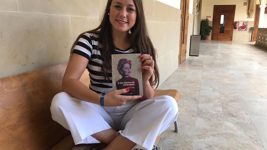La escritora posa con su flamante libro en la sede de la UNIA de Baeza.