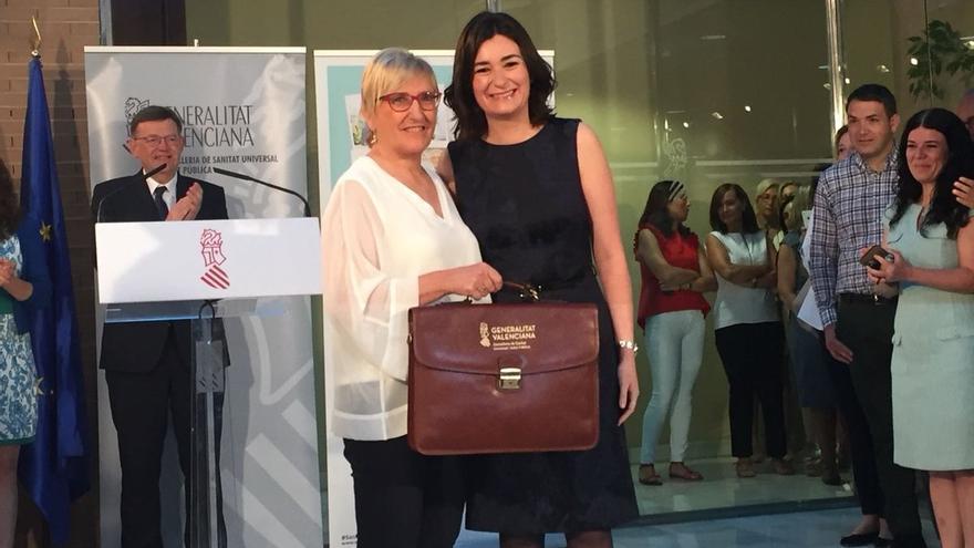Ana Barceló recibe de manos de Carmen Montón la cartera de consellera de Sanidad