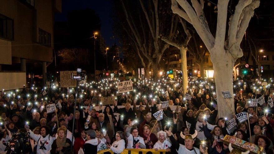 Miles de vecinos vuelven a pedir el soterramiento y la dimisión de Bernabé