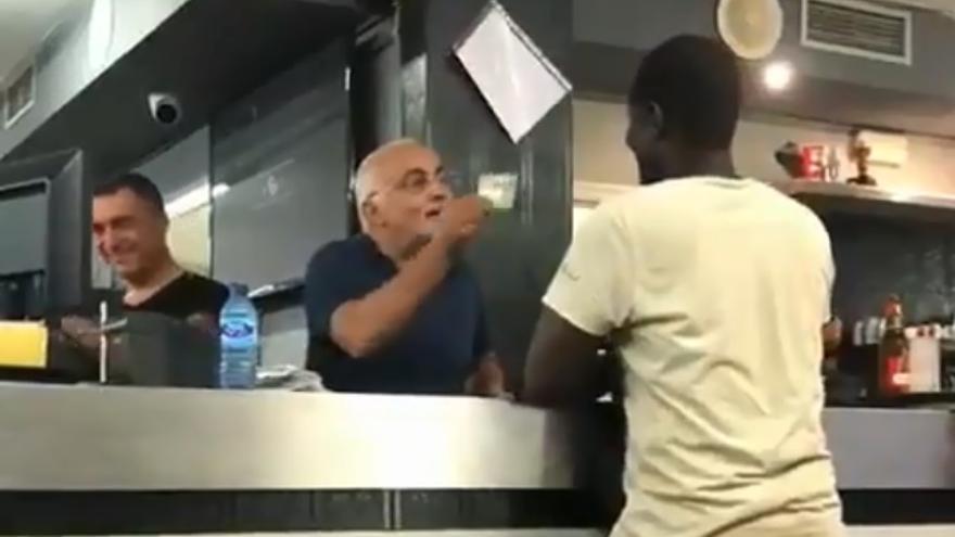 El camarero le enseña el billete al gorrilla mientras le humilla en público