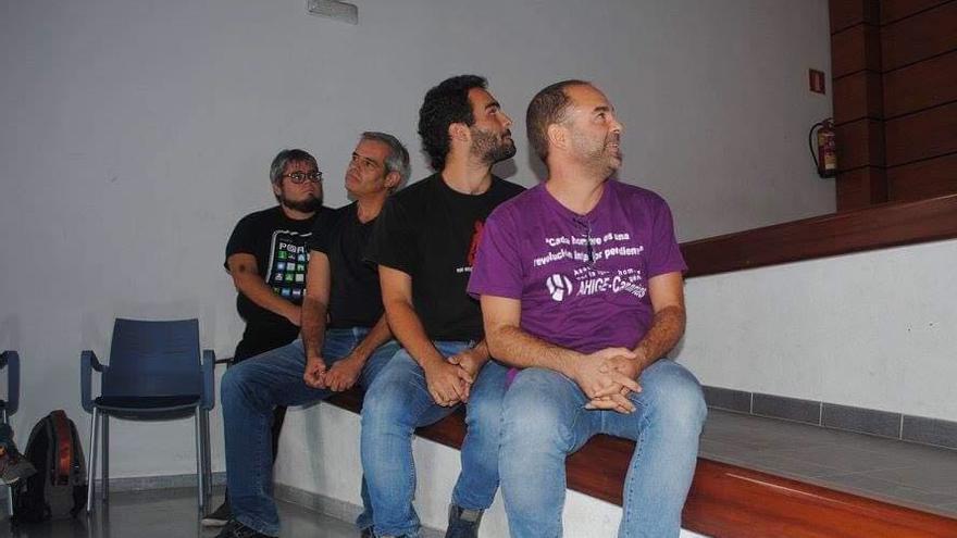 A la derecha de la imagen, José Sánchez, portavoz de AHIGE en Canarias junto a otros miembros del colectivo.