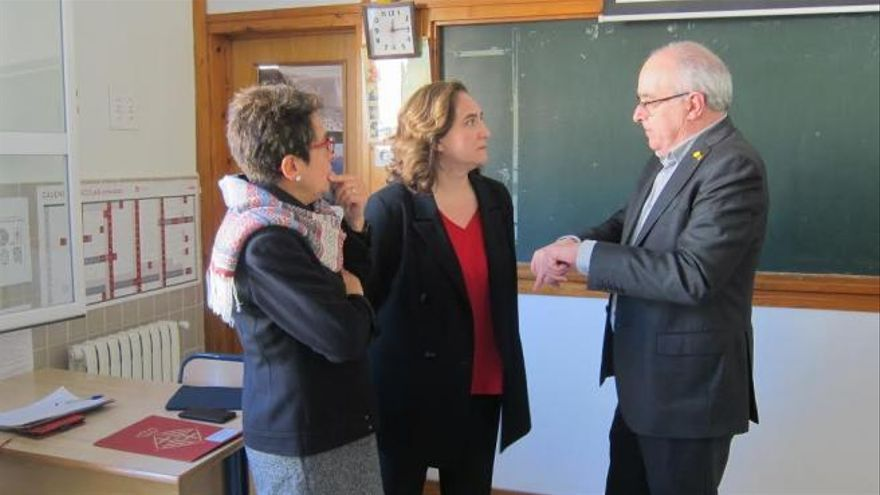 La alcaldesa de Barcelona, Ada Colau, y el conseller de Educació, Josep Bargalló, esta mañana en Barcelona.