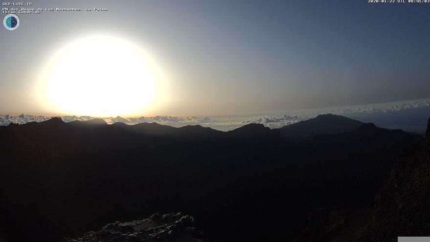 Imagen del amanecer  captada de la webcam de Sky Live TV del IAC en el Roque de Los Muchachos (Garafía)
