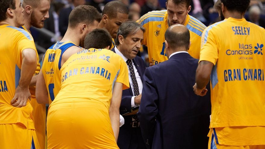 Luis Casimiro da instrucciones a sus jugadores.