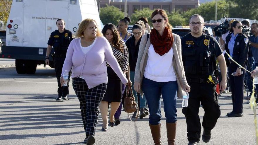 Varias personas siendo evacuadas de la escena del tiroteo en San Bernardino