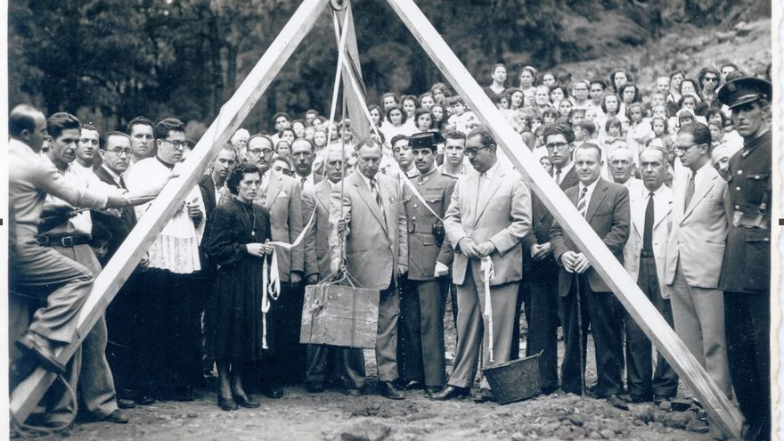 Acto institucional de colocación de la primera piedra del monumento conmemorativo a los acontecimientos históricos que tuvieron lugar junto a la Fuente del Pino (3 de mayo de 1952) (Foto cedida por Carlos Cecilio Rodríguez López)