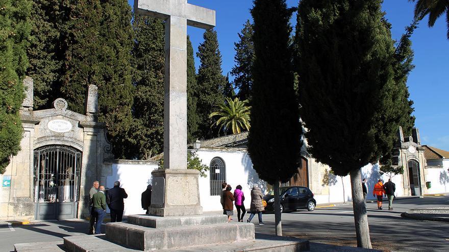 Familiares de víctimas pasan junto a la cruz donde fascistas homenajearon a Franco.   JUAN MIGUEL BAQUERO