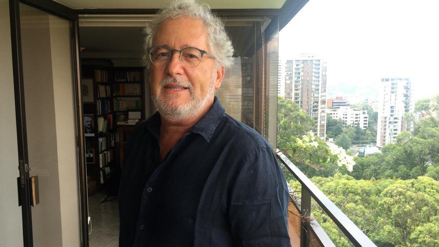 Héctor Abad Faciolince en su casa de Medellín.