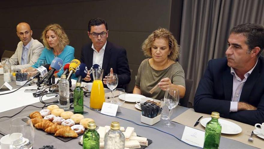El vicepresidente del Gobierno canario y consejero de Obras Públicas y Transportes, Pablo Rodríguez (c), al presentar su candidatura a secretario general de Coalición Canaria en Gran Canaria