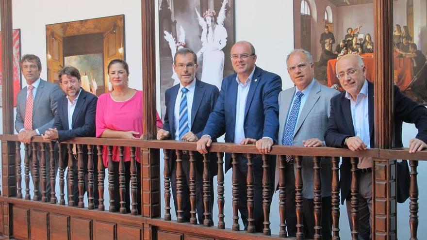En la imagen, los presidentes de los siete cabildos de Canarias, este sábado, en el Palacio Salazar de Santa Cruz de La Palma.