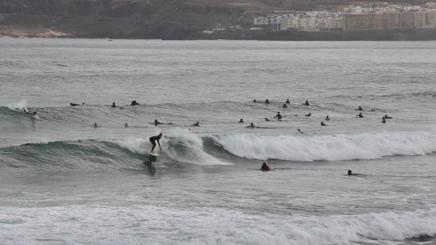 Los surfistas colmaron la Playa de Las Canteras el primer día de alivio del confinamiento en Las Palmas de Gran Canaria.