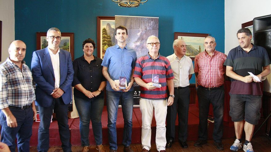 En la imagen, autoridades y ganadores del Torneo Internacional de Ajedrez.