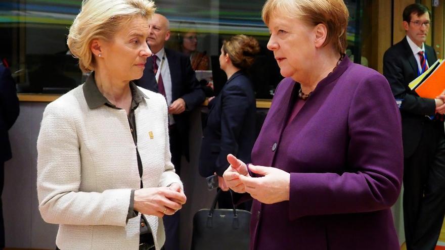 La presidenta de la Comisión Europea, Ursula von der Leyen, y la canciller alemana, Angela Merkel, el 20 de febrero en Bruselas.