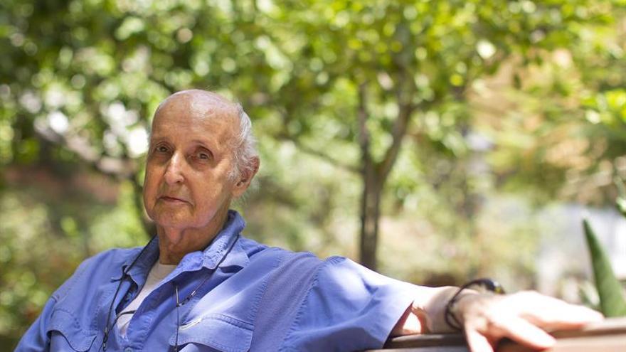 """Grisolía reaparece en público """"con muchas fuerzas"""" tras su hospitalización"""
