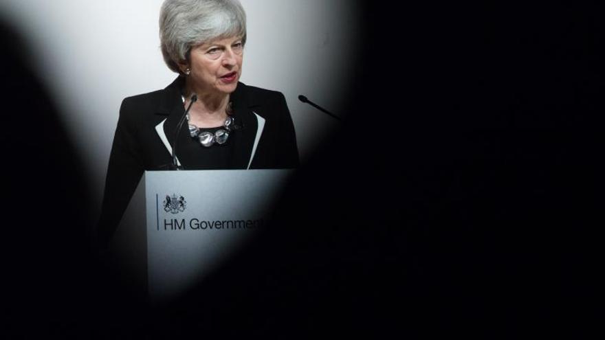 La primera ministra británica, Theresa May, trata de construir puentes para evitar un Brexit sin acuerdo.