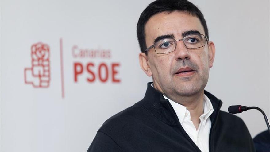 El portavoz de la Gestora Federal del PSOE, Mario Jiménez, durante una rueda de prensa que ha ofrecido junto a representantes de la Gestora en Canarias, en la que ha declarado que no se contempla un gobierno de Canarias en el que su partido esté junto al PP. EFE/Ramón de la Rocha