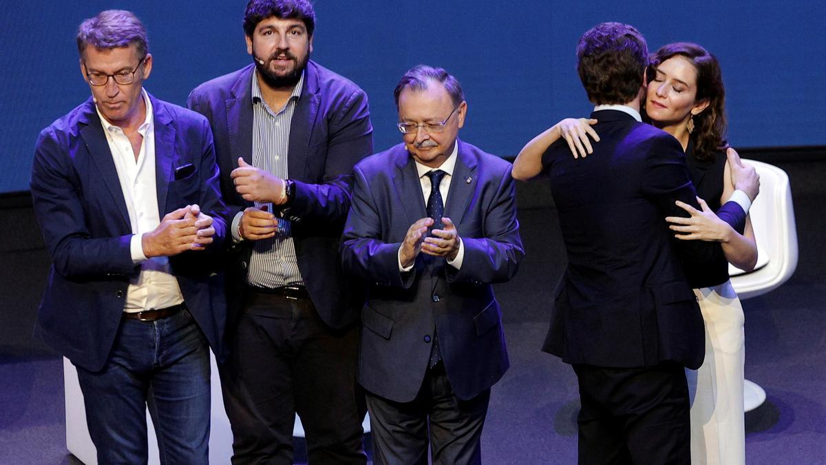 La presidenta de Madrid, Isabel Díaz Ayuso, saludada a Pablo Casado, en presencia de los presidentes de Galicia, Murcia y Ceuta, durante la convención nacional este sábado en Valencia.