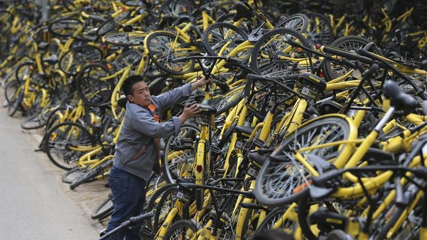 Pekín prohíbe introducir más bicicletas de alquiler por saturación