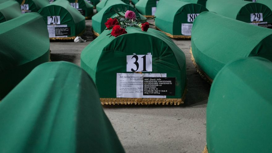 Han pasado 20 años desde que tuviese lugar en la localidad bosnia de Srebrenica la mayor masacre ocurrida en Europa tras la II Guerra Mundial. A pesar de que era una zona protegida por la ONU, las tropas serbobosnias tomaron el lugar y se estima que mataron a 8.100 varones musulmanes. La nave industrial que entonces funcionó como un fallido centro de refugiados, es hoy el lugar donde se albergan los féretros antes de celebrar cada 11 de julio un entierro multitudinario/ Fotografía: César Dezfuli