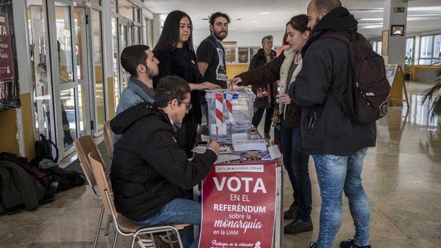 Un grupo de estudiantes se acerca a la mesa para votar en el referéndum sobre el rey organizado en la Autónoma de Madrid.