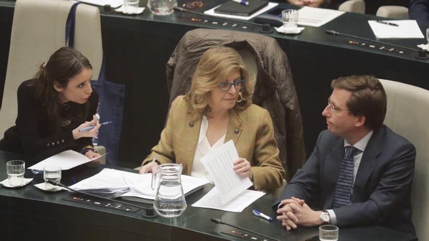Las ediles del PP Andrea Levy, Engracia Hidalgo y el alcalde de Madrid José Luis Martínez Almeida durante el pleno.