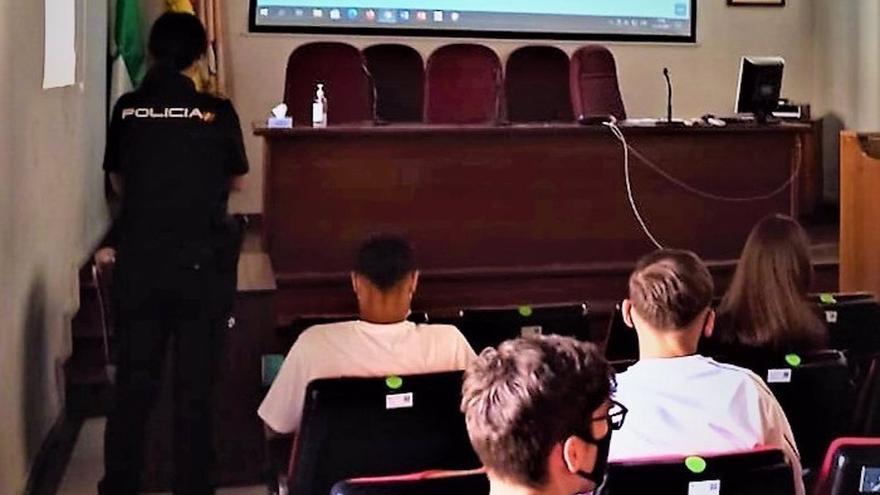 La Policía Nacional imparte charlas formativas de seguridad a alumnos Erasmus de Derecho y Empresariales