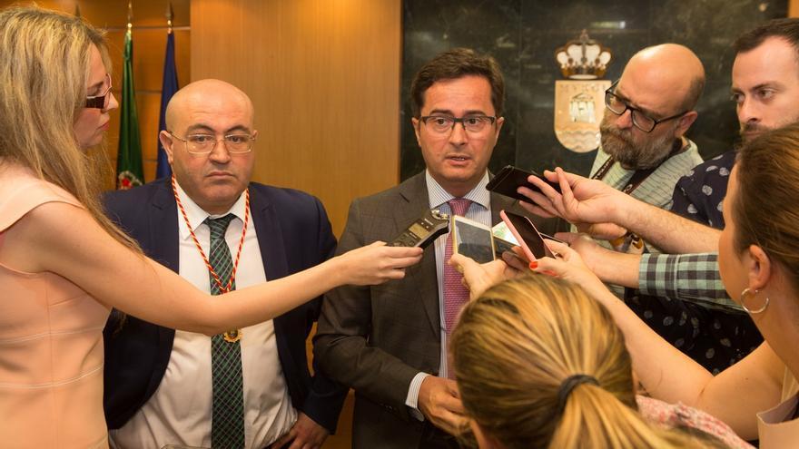 """Vox expulsa al portavoz en El Ejido y a una concejal por """"contravenir las órdenes"""" de la dirección nacional"""