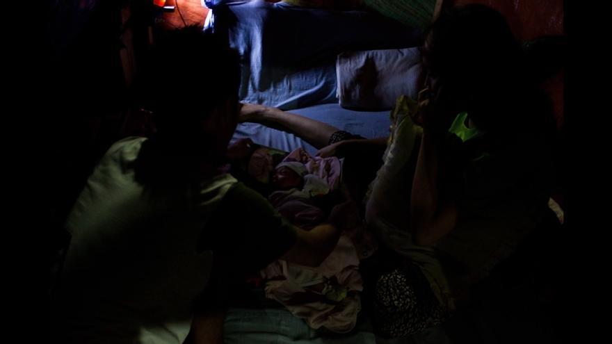 Desplazados internos en el campo del polideportivo Joaquín F. Enríquez de Zamboanga. La niña de la imagen fue concebida y nació en el campo. © Carlos Sardiña Galache.