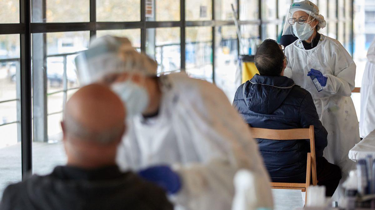Sanitarios realizando test para detectar el coronavirus