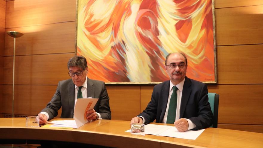 El presidente del PAR, Arturo Aliaga, y el líder socialista en Aragón, Javier Lambán, firman el acuerdo